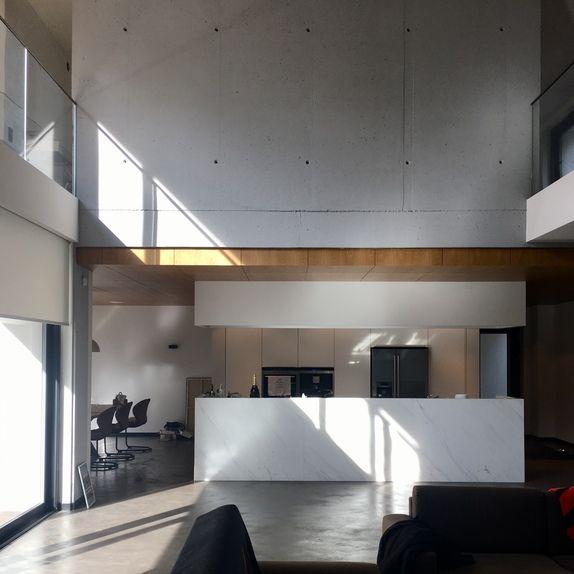 Betonowa posadzka, drewniany sufit, marmur, szkło