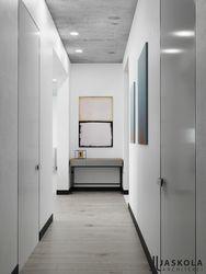 Hol z galerią i betonowym sufitem